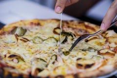 De mens eet pizza Sluit omhoog pizza met vork en mes Royalty-vrije Stock Afbeeldingen