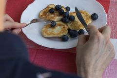 De mens eet zijn ontbijt stock foto's