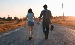 De mens en een meisje lopen in de herfst stock afbeelding