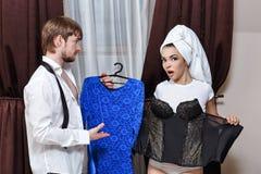 De mens en het meisje gaan naar partij Stock Foto