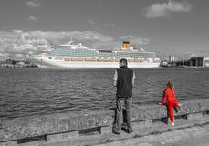 De mens en het meisje kijken op Klaipeda-haven en internationaal cruiseschip op Curonian-Lagune, Klaipeda Litouwen royalty-vrije stock foto
