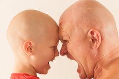 De mens en de jongen werken emotioneel op elkaar in elkaar Vader en zoon Het concept emotie en het leren Stock Foto