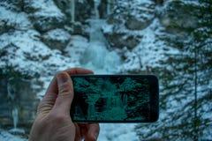 De mens fotografeert de bevroren waterval in Kuhflucht Royalty-vrije Stock Afbeelding