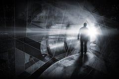 De mens gaat door donkere tunnel Stock Foto's