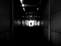De mens gaat door een tunnel Stock Fotografie
