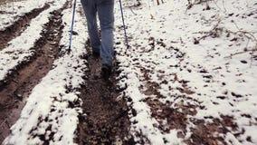 De mens gaat door modder en vulklei terwijl trekking stock video
