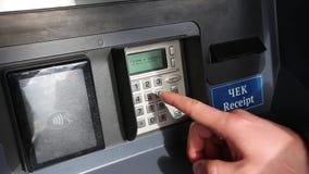 De mens gaat een SPELD bij ATM in stock video