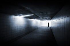 De mens gaat op ondergrondse passage royalty-vrije stock fotografie