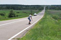 De mens gaat op skateboard op route Royalty-vrije Stock Afbeelding