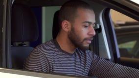 De mens gaat zitten in de auto stock video