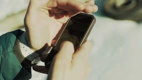 De mens gebruikt een smartphoneclose-up stock videobeelden
