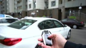 De mens gebruikt moderne elektronische autosleutel stock footage