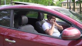 De mens gebruikt de telefoon nadat de auto heeft opgesplitst stock footage