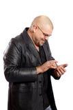 De mens gebruikt zijn mobiele telefoon van het aanrakingsscherm stock afbeeldingen