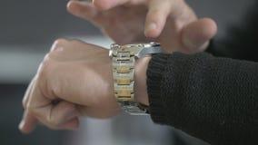 De mens gebruikt zijn slim horloge stock footage