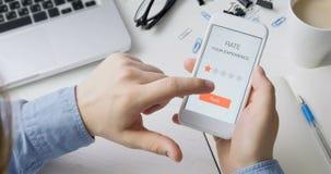 De mens geeft één sterclassificatie gebruikend smartphonetoepassing