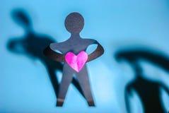 de mens geeft denschinuhart Valentine& x27; s Dag stock foto