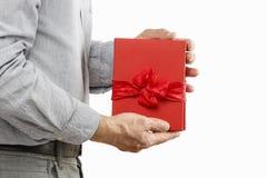 De mens geeft een boek als gift royalty-vrije stock afbeelding