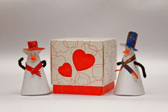 De mens geeft een doos liefde Royalty-vrije Stock Afbeeldingen