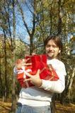 De mens geeft een gift royalty-vrije stock foto