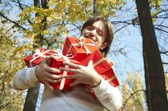 De mens geeft een gift stock foto's