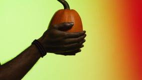 De mens geeft fruit van hand aan hand voorraad Het concept handel De zwarte kerel geeft fruit aan de witte mens stock videobeelden