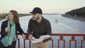 De mens geeft vijf aan zijn bedrijf bij de brug stock videobeelden