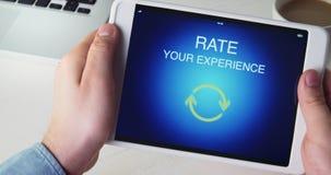 De mens geeft vijfsterrenclassificatie gebruikend digitale tablettoepassing stock footage