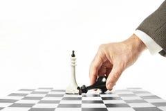 De mens geeft zich in schaakspel over Concept nederlaag stock fotografie