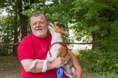 De mens is gelukkig wanneer zijn huisdier affectie toont stock foto