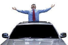 De mens geniet van vrijheid op het schuifdak van auto stock foto