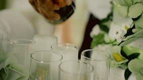 De mens giet champagne in glazen Sluit omhoog spruit op handen celebrating stock video
