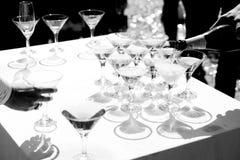 De mens giet champagne in wijnglazen stock afbeeldingen