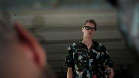 De mens in glazen spreekt met een mensenclose-up stock videobeelden