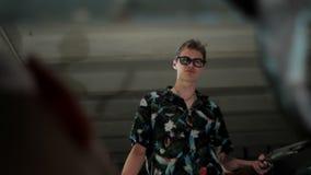 De mens in glazen spreekt met een mensenclose-up stock video