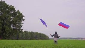 de mens golft vlaggen van de Europese Unie en Rusland bij het landschap van het land Het concept vriendschap en stock footage