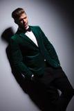 De mens in groen kostuum met vlinderdas bekijkt de camera Royalty-vrije Stock Foto's