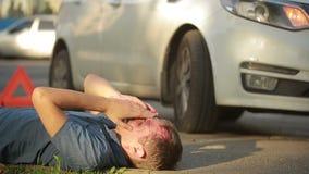 De mens had een autoongeval gebroken hoofd voetganger in verkeersongevallen wordt verwond dat stock footage