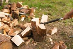 De mens hakt hout met bijl Royalty-vrije Stock Fotografie
