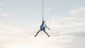 De mens hangt op kabel Stock Afbeelding