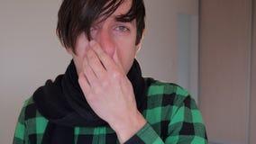 De mens heeft een koude hij hoest en een lopende neus heeft Concept ziekte stock video