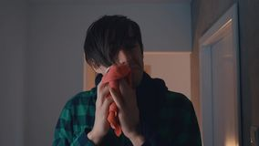 De mens heeft een koude hij hoest en een lopende neus heeft Concept ziekte stock footage