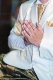 De mens heft handen op om Boedha te aanbidden Stock Afbeeldingen
