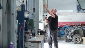 De mens heft het blind op het jachtcentrum op stock videobeelden