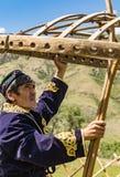 De mens heft yurt op Stock Afbeeldingen
