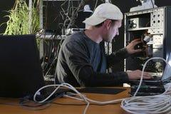 De mens herstelt computer Royalty-vrije Stock Fotografie