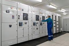De mens is het binnenhulpkantoor van de elektrische energiedistributie Royalty-vrije Stock Foto's