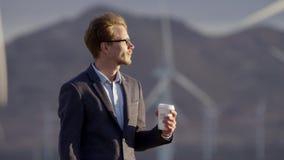 De mens het drinken koffie in openlucht stock video