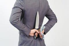De mens in het mes van de kostuumholding en Koreaan wonnen Royalty-vrije Stock Foto