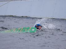 De mens is in het water terwijl Kielzog het inschepen gevallen royalty-vrije stock fotografie